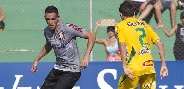 27.jan.2013 - Meia Renato Augusto tenta jogada em sua estreia pelo Corinthians, contra o Mirassol, pela terceira rodada do Campeonato Paulista