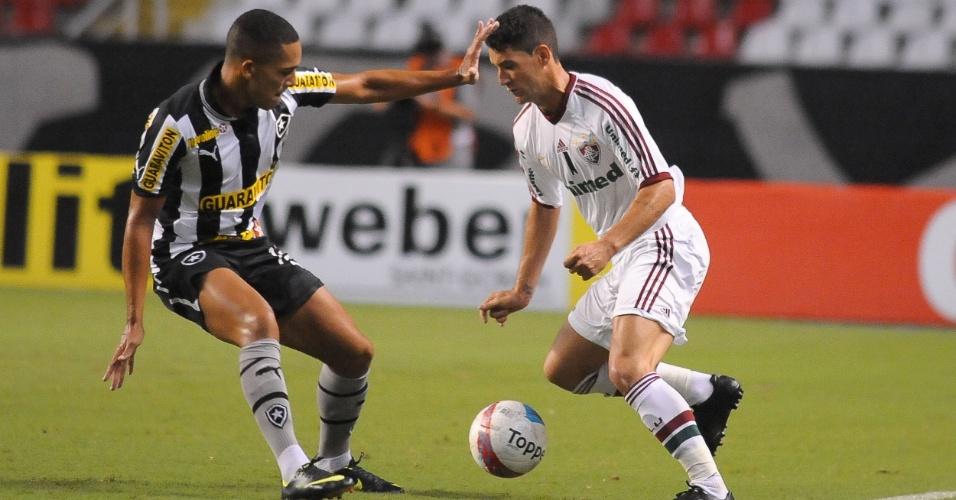 27.jan.2013 - Meia Thiago Neves, do Fluminense, tenta jogada durante o clássico contra o Botafogo, pela terceira rodada do Estadual do Rio