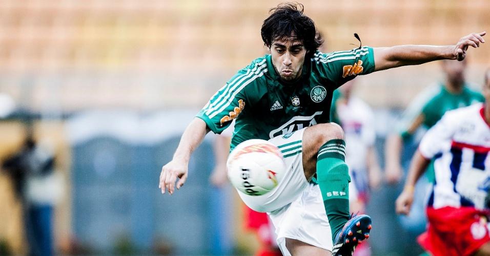 27.jan.2013 - Meia Valdivia, do Palmeiras, domina a bola durante a partida contra a Penapolense, válida pela terceira rodada do Campeonato Paulista