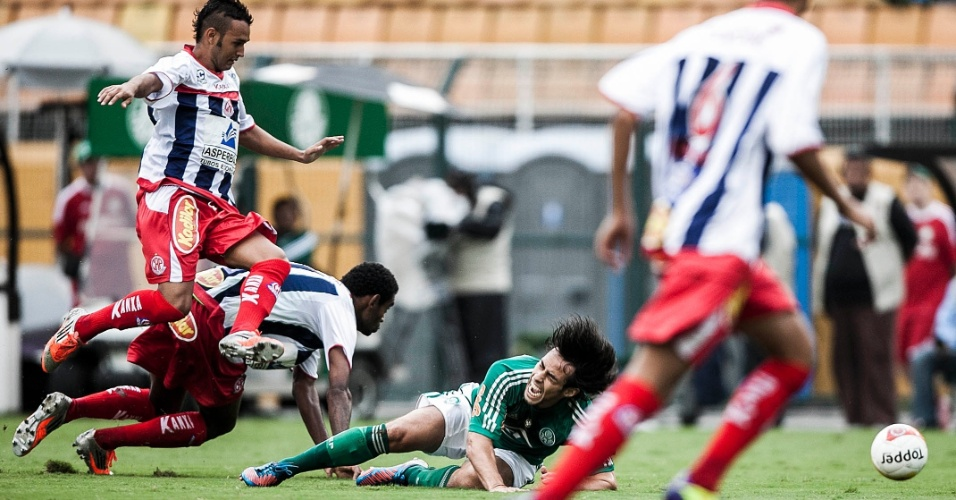 27.jan.2013 - Meia Valdivia, do Palmeiras, fica no chão após ser derrubado por Jaílton, da Penapolense, durante jogo pela terceira rodada do Paulistão