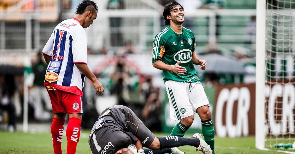 27.jan.2013 - Meia Valdivia, do Palmeiras, lamenta chance perdida contra a Penapolense, em jogo válido pela terceira rodada do Campeonato Paulista