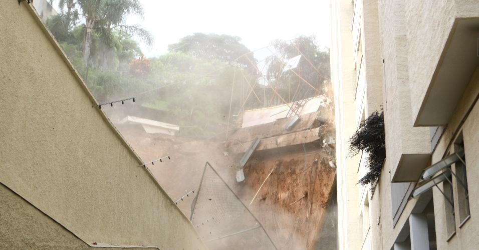 27.jan.2013 - Muro de um prédio desaba no bairro São Bento, na região centro-sul de Belo Horizonte (MG), neste domingo (27). A Defesa Civil havia interditado o prédio pela manhã. Outro condomínio da rua também foi evacuado. Cerca de 39 famílias foram retiradas dos prédios e estão sendo transferidas para a casa de amigos ou parentes