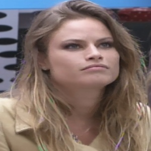Natália conta a Marien sobre a briga que teve com Yuri na festa Saloon