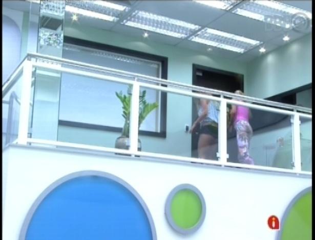 27.jan.2013 - Natalia e Marien tentam acordar Eliéser no quarto do líder, batendo diversas vezes na porta dele.