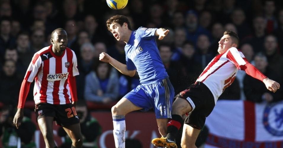 27.jan.2013 - Oscar, meia brasileiro do Chelsea, briga pela bola com Marcello Trotta (dir.), do Brentford, em partida da Copa da Inglaterra
