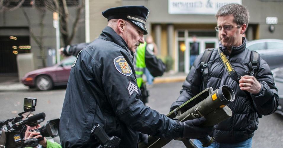 27.jan.2013 - Paul Gracy (à esquerda), sargento do Departamento de Polícia de Seattle, apreende um lançador de mísseis  comprado através de um programa de recompensa promovido pelo órgão, em que moradores trocaram armas por um vale-presente no valor de US$ 100 ou US$ 200