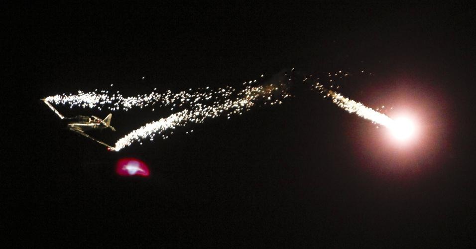 "27.jan.2013 - Piloto americano realiza performance no céu de Ilopango (El Salvador) durante o espetáculo ""Show Aéreo Ilopango 2013"", que visa arrecadar fundos para o Hospital infantil Benjamin Bloom"