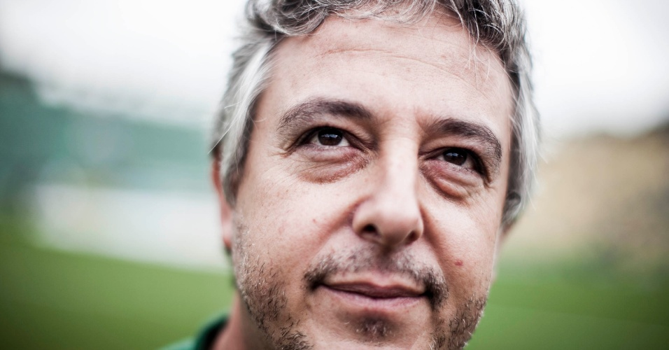 27.jan.2013 - Presidente do Palmeiras, Paulo Nobre posa para fotos no gramado do Pacaembu antes do jogo contra a Penapolense, pela terceira rodada do Campeonato Paulista