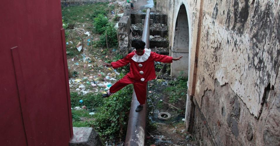 """27.jan.2013 - Rapaz realiza performance fantasiado de palhaço em Granada (Nicarágua), durante o festival """"Berrinche Ambiental"""", de arte de rua"""