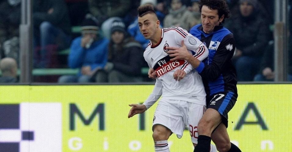 27.jan.2013 - Stephan El Shaarawy (esq.), do Milan, disputa a bola com Carlos Carmona, do Atalanta, em partida do Campeonato Italiano