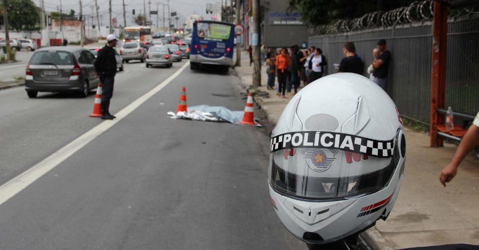 27.jan.2013 - Uma mulher de aproximadamente 27 anos morreu atropelada por um ônibus na tarde deste domingo (27) na avenida Professor Francisco Morato, na Vila Sônia, zona sul de São Paulo (SP). Segundo informações da Polícia Militar, a vítima tentou atrevessar a avenida e acabou atropelada por um ônibus que ia no sentido centro