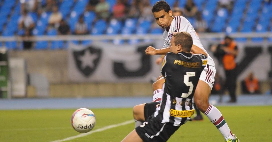 27.jan.2013 - Volante Jean, do Fluminense, é desarmado por Marcelo Mattos, do Botafogo, durante clássico válido pela terceira rodada do Estadual do Rio