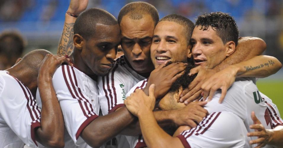 27.jan.2013 - Wellington Nem é abraçado pelos companheiros de Fluminense após marcar sobre o rival Botafogo, em clássico no Engenhão, pela terceira rodada do Estadual do Rio