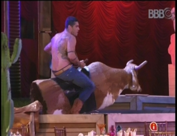 27.jan.2013 - Yuri brinca com o touro mecânico durante festa