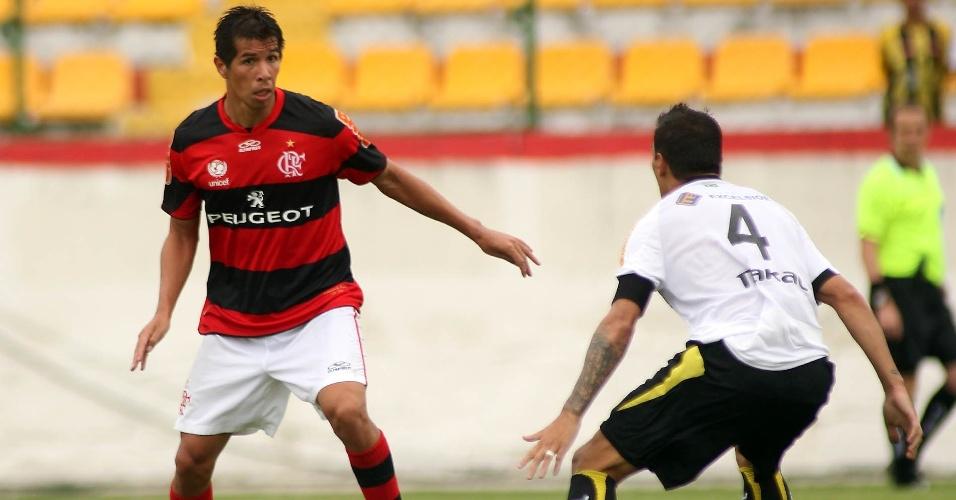 27.jan.2013 - Volante Cáceres, do Flamengo, prepara o passe durante a partida contra o Volta Redonda, pela terceira rodada do Estadual do Rio