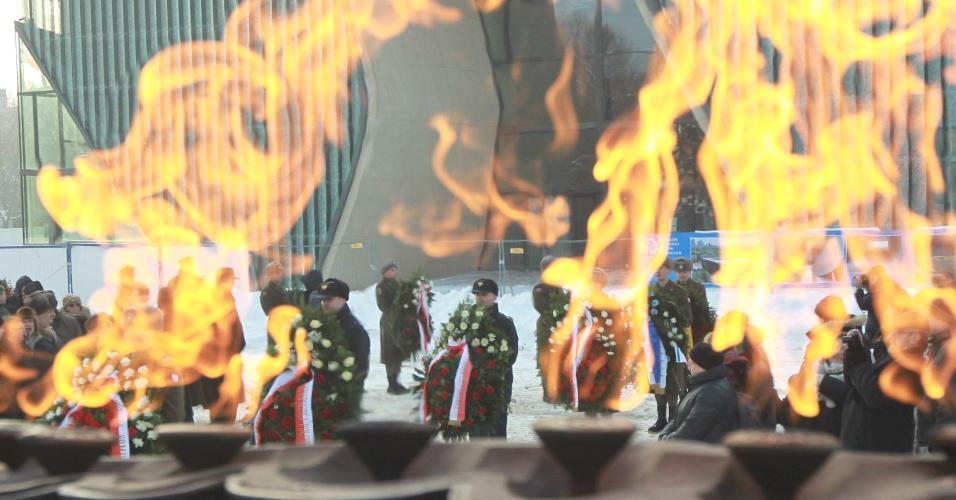 27.jan.2013 - Velas são acesas durante cerimônia em monumento na Varsóvia, na Polônia, durante homenagens pelo Dia Internacional em Memória às Vítimas do Holocausto