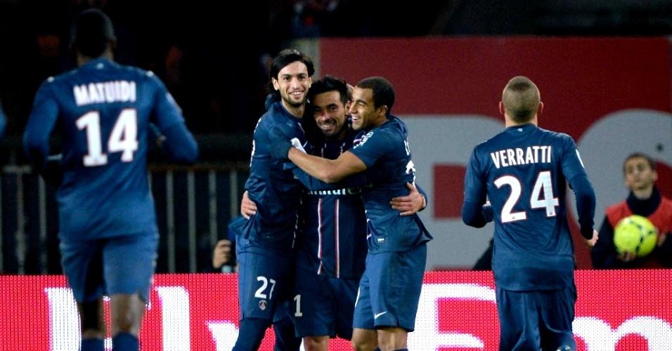 Jogadores do Paris Saint-Germain comemoram gol sobre o Lille pelo Campeonato Francês. O time de Paris venceu por 1 a 0 com um gol contra