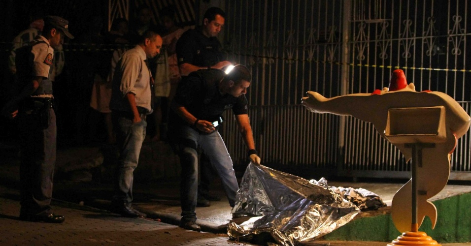 Onze pessoas são baleadas na rua Guaraton, em Guarulhos, na Grande São Paulo, na madrugada de domingo (27). Entre as vítimas estavam duas crianças. Uma pessoa morreu