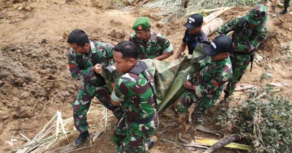 Soldados indonésios retiram corpos de vítima de deslizamento de terra na vila de Nagari Sungai Batang, em Agam. Pelo menos 11 pessoas morreram e outras 19 estão desaparecidas na ilha de Sumatra, por causa das chuvas