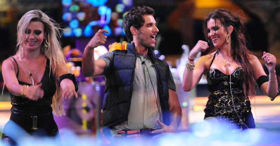 23.jan.2013 - Fernanda, Eliéser e Kamilla dançam ao som de Naldo na Festa Charme