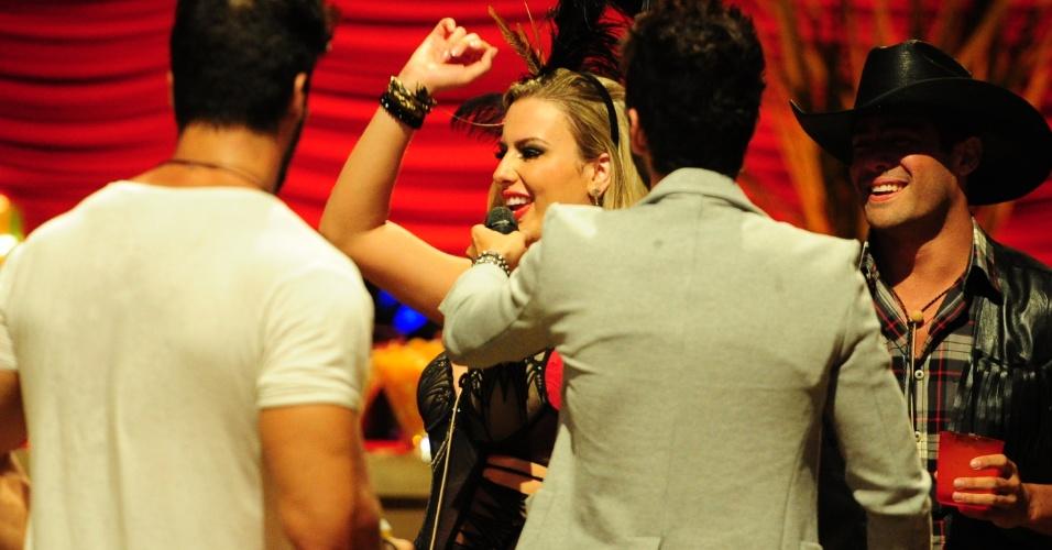 26.jan.2013 - Fernanda canta durante o show de Gusttavo Lima na Festa Saloon