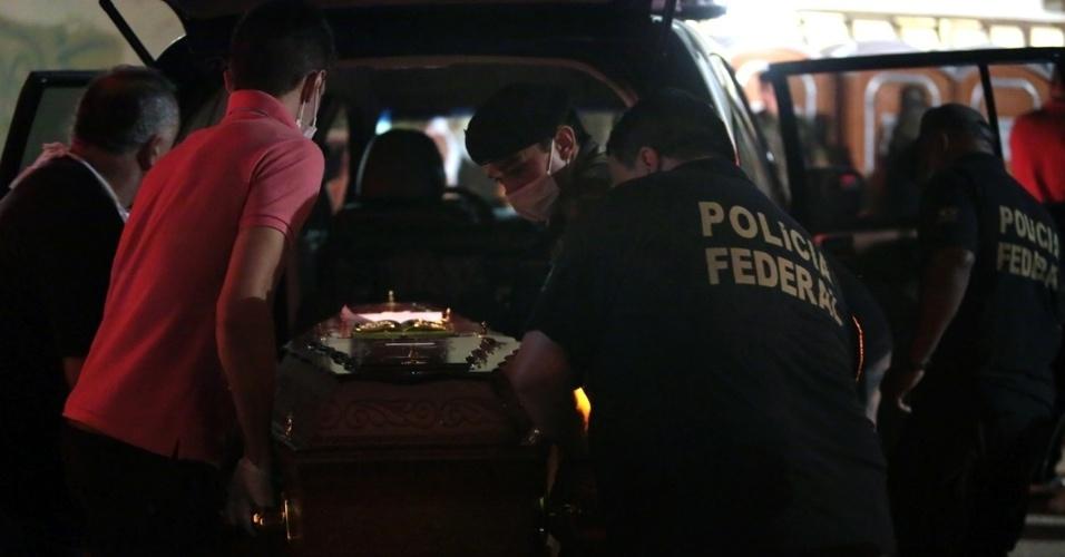 27.jan.2013 - Caixão é levado para o Centro Desportivo Municipal de Santa Maria (RS), onde estão sendo identificados os corpos das vítimas do incêndio na boate Kiss. Mais de 200 pessoas morreram