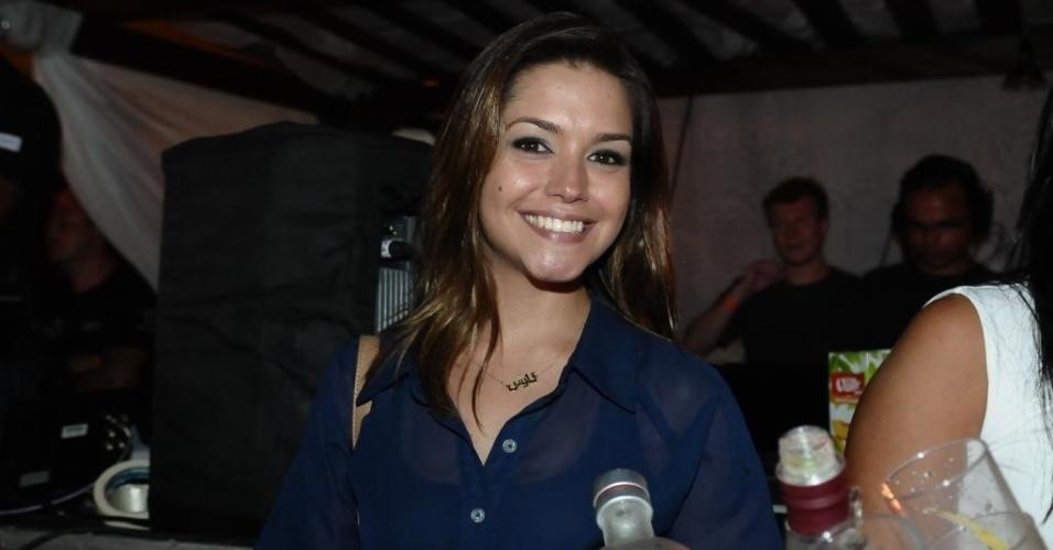 27.jan.2013 - A atriz Thais Fersoza assiste ao show do namorado, o cantor Michel Teló, no Guarujá (SP)