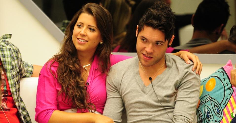 """27.jan.2013 - Andressa e Nasser aguardam formação do terceiro paredão do """"BBB13"""""""