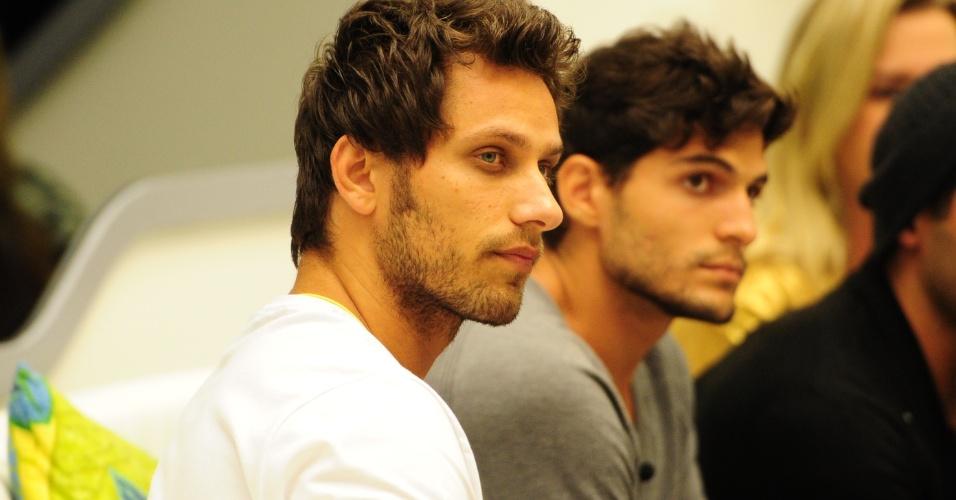 27.jan.2013 - Eliéser e André aguardam formação do terceiro paredão do