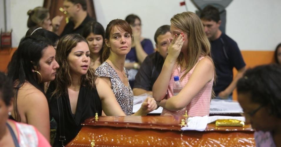 27.jan.2013 - Familiares participam de velório coletivo das vítimas do incêndio que atingiu uma boate de Santa Maria (RS) em um dos ginásios do Centro Desportivo Municipal