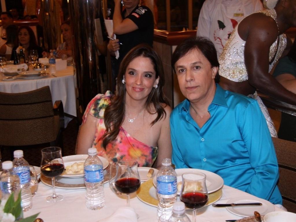 27.jan.2013 Ao lado da mulher Patrícia, o comediante Tom Cavalcante assiste ao show do cantor Roberto Carlos no projeto