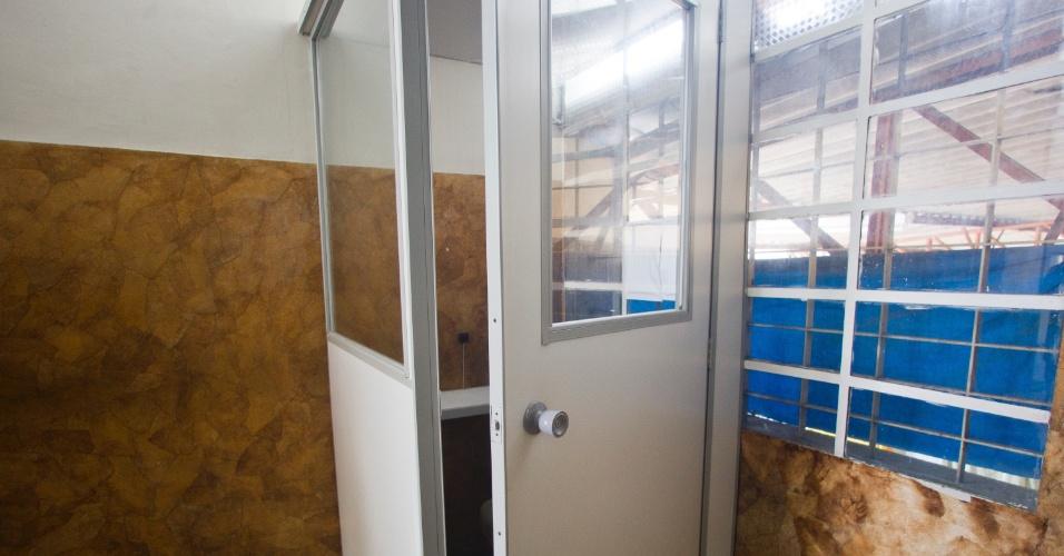 28.jan.2012 - Os presos só podem usar o telefone com a autorização do diretor. A cabine usada por eles para telefonar fica sem o aparelho, que só é instalado na hora da ligação
