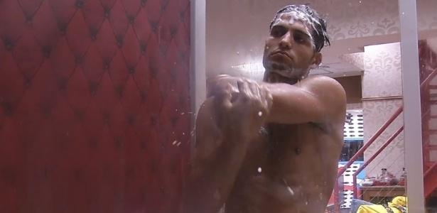 28.jan.2013 - André toma banho no banheiro do quarto biblioteca