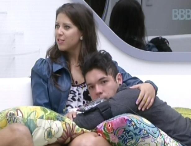 28.jan.2013 - Andressa faz carinho em Nasser no sofá da sala do