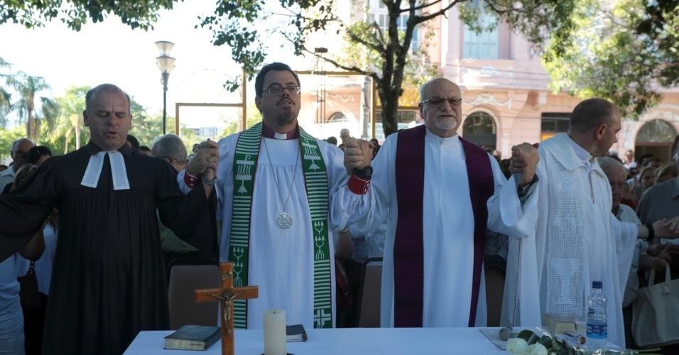 28.jan.2013 - Ato ecumênico ao ar livre, em Santa Maria (RS), em homenagem às vítimas do incêndio na boate Kiss. Mais de 230 pessoas morreram na tragédia que chocou o país