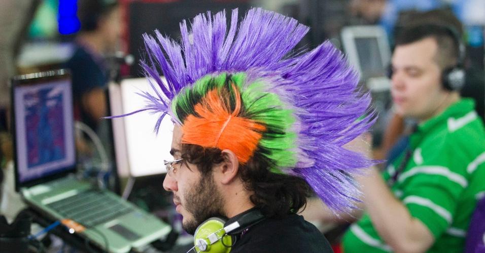 28.jan.2013 - Campuseiro utiliza laptop na arena da Campus Party, evento que reúne fãs de tecnologia em São Paulo de 28 de janeiro a 3 de fevereiro no Anhembi. Organização fornece conexão de 30 Gbps (Gigabits por segundo) aos participantes