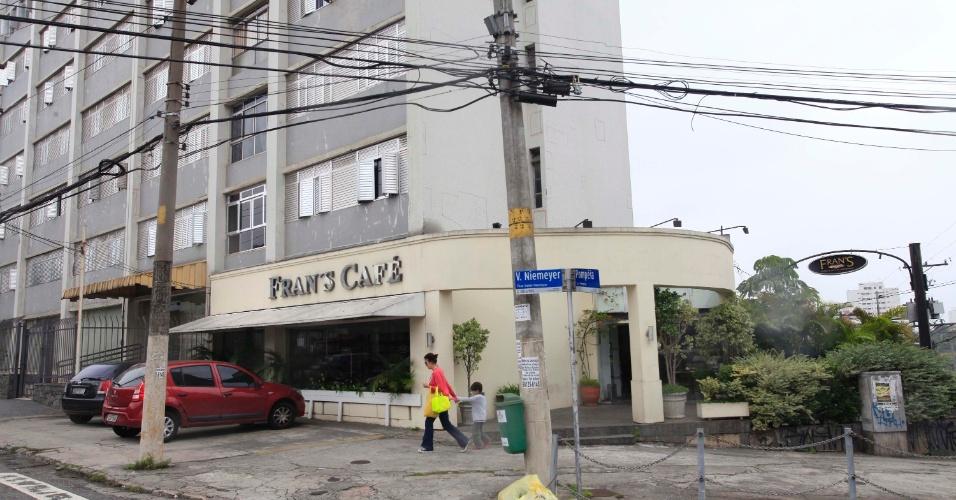 28.jan.2013 - Cinco criminosos armados invadiram e roubaram uma loja do Franz Café, localizado na avenida Pompéia, em São Paulo (SP), no fim da noite deste domingo (27). Ninguém foi preso