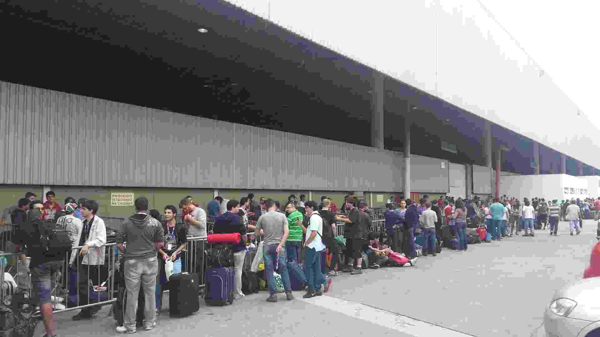 28.jan.2013 - Como já é tradição, os participantes da Campus Party em São Paulo fazem fila no dia da abertura do evento. Feira será realizada até dia 3 de fevereiro no  Anhembi Parque - Flávio Carneiro/UOL