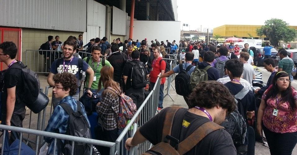 28.jan.2013 - Como já é tradição, os participantes da Campus Party em São Paulo fazem fila no dia da abertura do evento. Feira será realizada até dia 3 de fevereiro no  Anhembi Parque