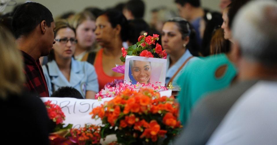 28.jan.2013 - Corpo de uma das vítimas do incêndio em uma boate na cidade de Santa Maria (RS) é velado em ginásio do Centro Desportivo Municipal