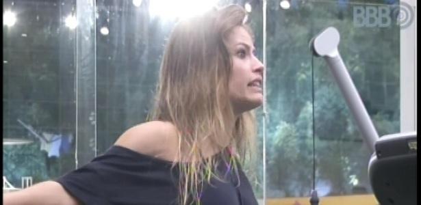28.jan.2013 - Eliéser, Natália e Marien conversam sobre o relacionamento de Nati com o lutador Yuri