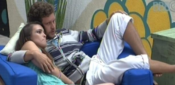 28.jan.2013 - Emparedado, Aslan consola Kamilla que ficou triste após para o terceiro paredão do