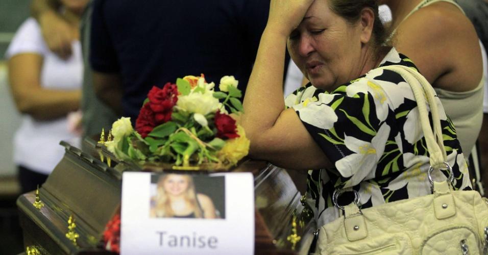 28.jan.2013 - Familiar chora no velório coletivo das vítimas do incêndio que atingiu uma boate de Santa Maria (RS), na madrugada de domingo (27), em um ginásio do Centro Desportivo Municipal