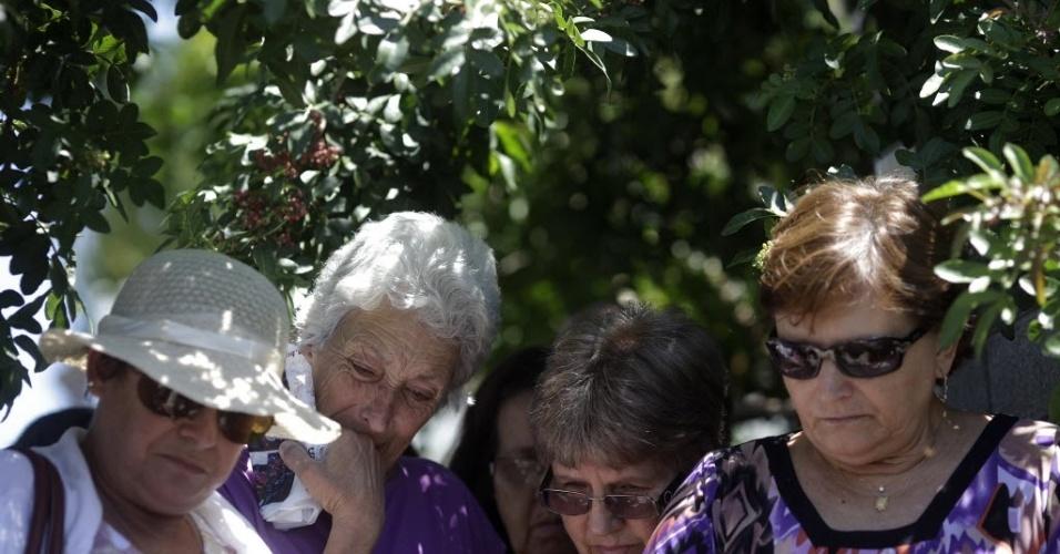 28.jan.2013 - Familiares de  Paula Simone Melo Prates, que morreu durante incêndio na boate Kiss, em Santa Maria (RS), participam do enterro da jovem no cemitério municipal da cidade gaúcha. Mais de 230 pessoas morreram na tragédia