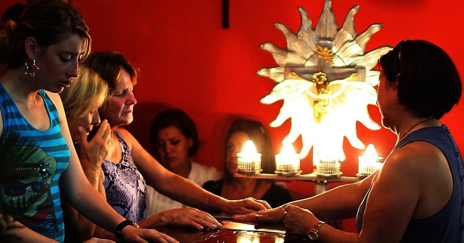 28.jan.2013 - Familiares participam de velório coletivo das vítimas do incêndio em uma boate de Santa Maria (RS), em um dos ginásios do Centro Desportivo Municipal