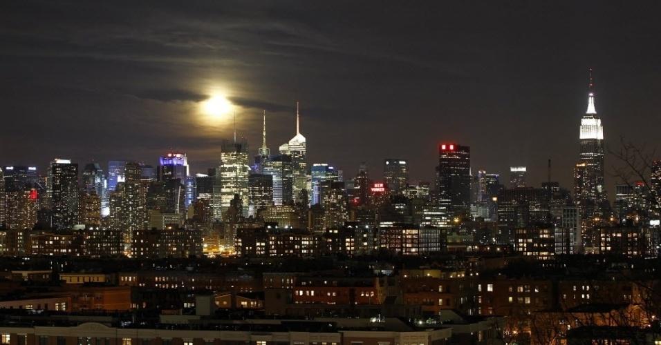 28.jan.2013 - Lua cheia é vista no horizonte em Manhattan, em Nova York (EUA)