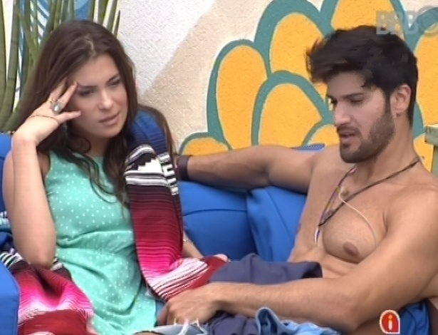 28.jan.2013 - Marcello comenta com Kamilla que está com muita fome, pois só comeu uma bananada pela manhã. Os dois estão na xepa