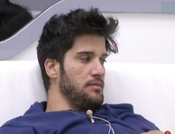 28.jan.2013 - Marcello fica no sofá pensativo depois de acordar. Ele está no paredão com Aslan