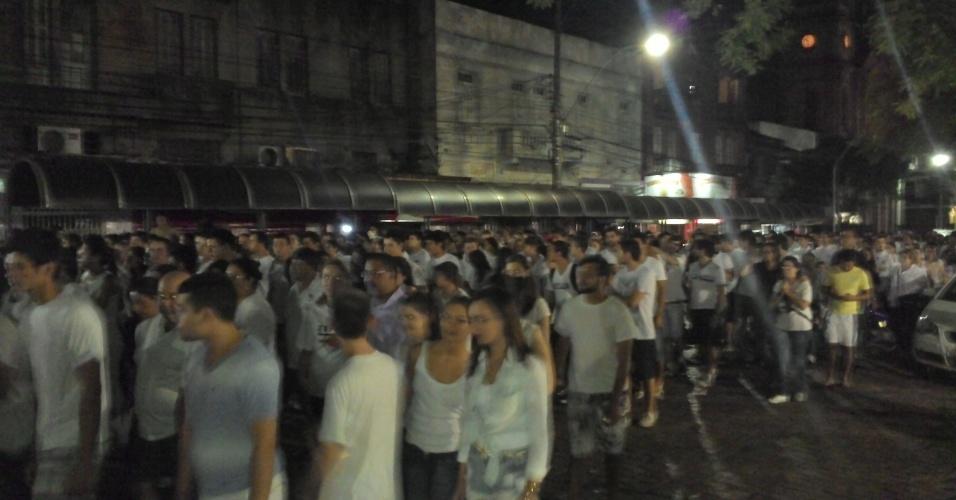 28.jan.2013 - Milhares de pessoas fazem uma passeata pela paz, na praça Saldanha Marinho, em Santa Maria (RS), em homenagem às vítimas do incêndio na boate Kiss, que matou 231 pessoas na madrugada deste domingo (27)