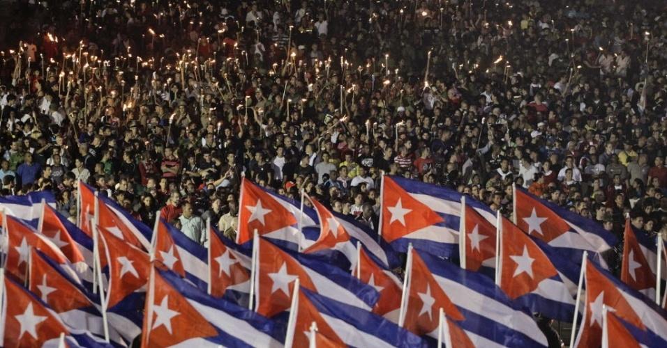 28.jan.2013 - Milhares de pessoas se reúnem com tochas na Universidade de Havana durante uma marcha em comemoração ao aniversário de nascimento de 160 anos do herói da independência de Cuba, José Martí, no domingo (28). Milhares de membros da Juventude Comunista Cubana União (UJC) e as organizações estudantis participaram da passeata